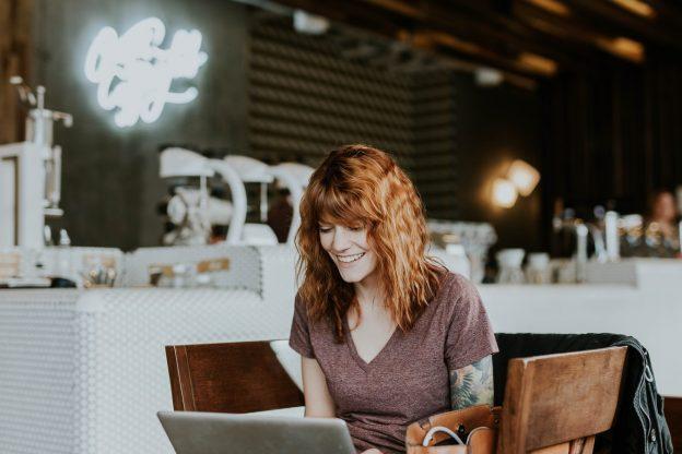 Frau an Laptop am Tisch